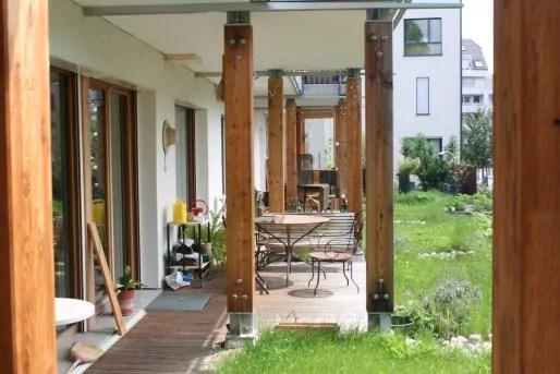 Les habitants d'Eco-Logis ont fait le choix de ne pas séparer les terrasses et les balcons, afin que favoriser les échanges entre voisins. (LJ / Rue89 Strasbourg)