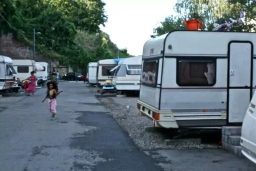 A l'Espace 16, seul camp Rom légal de Strasbourg, caravanes sont mises à disposition de près de 150 familles. Mais aussi eau potable, sanitaires, machines-à-laver. La présence des Roms y est contractualisée. (Photo Nathalie Moga)