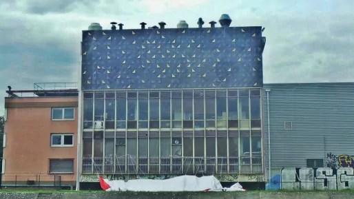 La façade de l'usine Sati dévoile des carrés aux couleurs oscillant entre le noir et l'or (Photo PF / Rue89 Strasbourg / cc)
