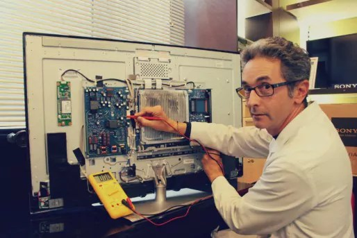 Michel Barkate est l'un des derniers réparateurs de télévision et hifi indépendants de Strasbourg (Photo MM / Rue89 Strasbourg)
