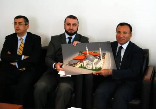 Lors d'une visite à Strasbourg en mai 2013, le ministre turc des affaires religieuses Bekir Bozdag (à d.) a pu consulter le projet pour Eyyub Sultan, accueilli par le consul de Turquie à Strasbourg, Serdar Cengiz, et Eyup Sahin, de Milli Görus (doc remis)