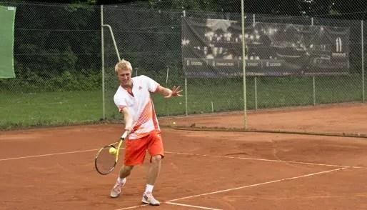 Davy Sum s'entraîne sur les courts de l'Ill Club Tennis (photo AB / Rue89 Strasbourg)