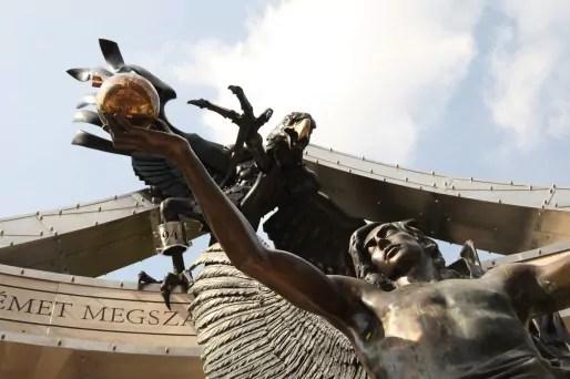 Depuis qu'elle est installée, la statue attire de nombreux curieux... et a déjà fait couler beaucoup d'encre.