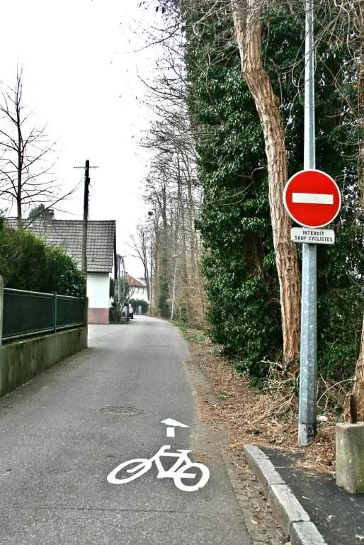 La route des Chasseurs démarre par une piste cyclable, coincée le long du Muhlwasser (Photo MM / Rue89 Strasbourg)