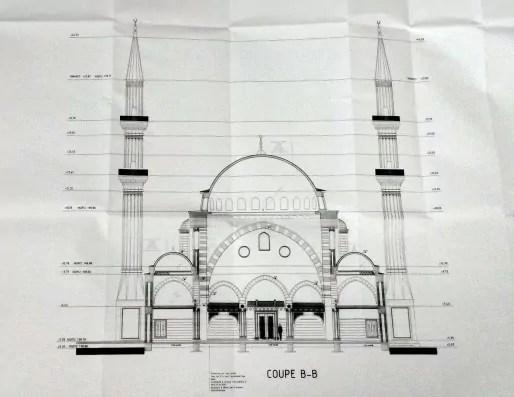 Dessin de coupe de la mosquée pour le permis de construire modificatif accordé le 9 juin. Sur ce plan, les minarets culminent à 44m mais les architectes prévoient de diminuer leur hauteur. (Claire Gandanger/cc)