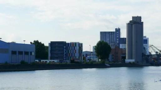 """Sur le bassin du Commerce, le """"data center"""" d'OVH (photo Emmanuel Jacob)"""