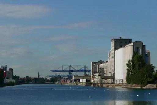 Bassin du commerce, centre névralgique du port nord - Au fond, la capitainerie (Photo Emmanuel Jacob)