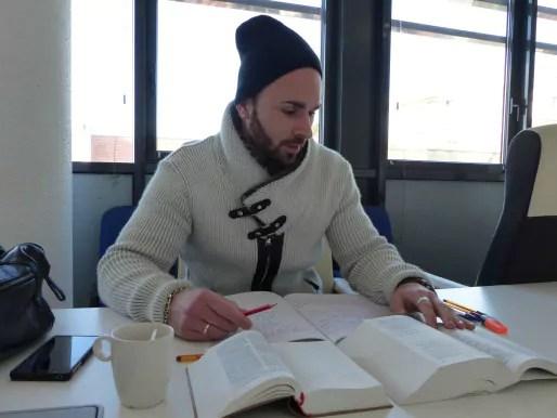 Etudiant en philosophie, Axel décortique les ouvrages pour son mémoire. (AF/Rue89Strasbourg).