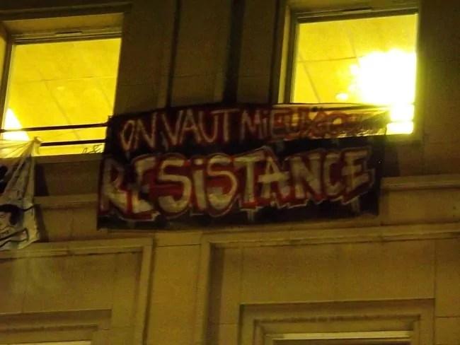 Une banderole a été déployée sur la façade du TNS (doc remis)