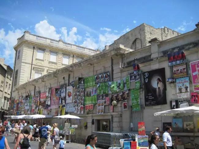 Dans les rues d'Avignon, les affiches du Off (licence-creative-commons-Flickr-Photo Aurelian)