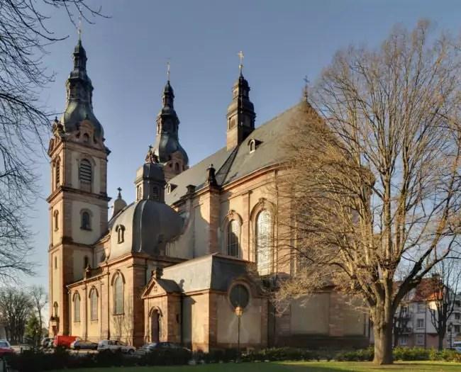L'Eglise Saint Fridolin à Mulhouse. Le guide indique aussi les lieux culturels et religieux. (Photo wikimedia commons/cc)