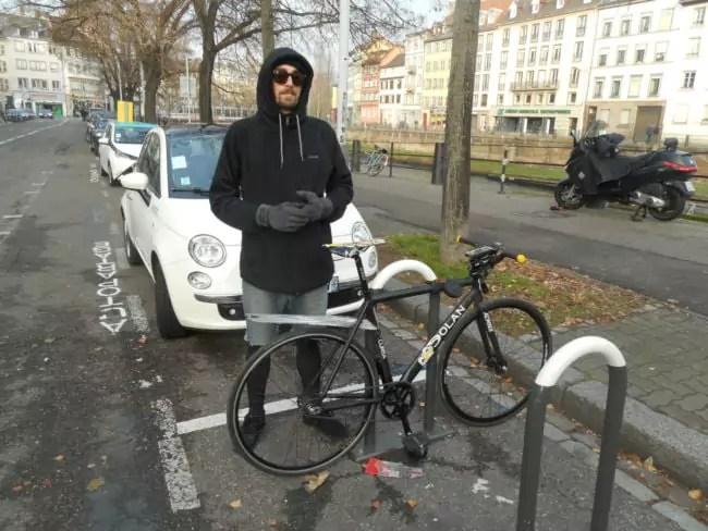 Même en pause, Thibaut ne quitte pas son vélo (Photo DL/Rue 89 Strasbourg/cc)