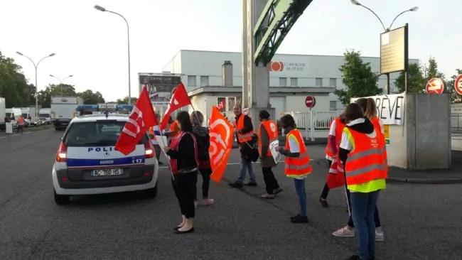 Ce matin, une vingtaine de salariés de Simply manifestaient devant leur entrepôt, à Maché Gare (doc remis / Photo Fatiha Chakik)