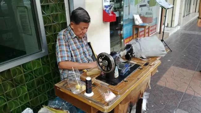 Un couturier à Bangkok. La rue à Bangkok est beaucoup plus vivante qu'en France (Photo ES / Rue89 Strasbourg / cc)