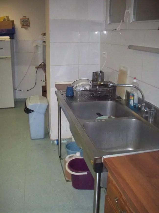 Les jeunes peuvent se faire à manger à la petite cuisine du centre, grâce à la nourriture achetée par le père Thomas (Photo DL / Rue 89 Strasbourg / cc)