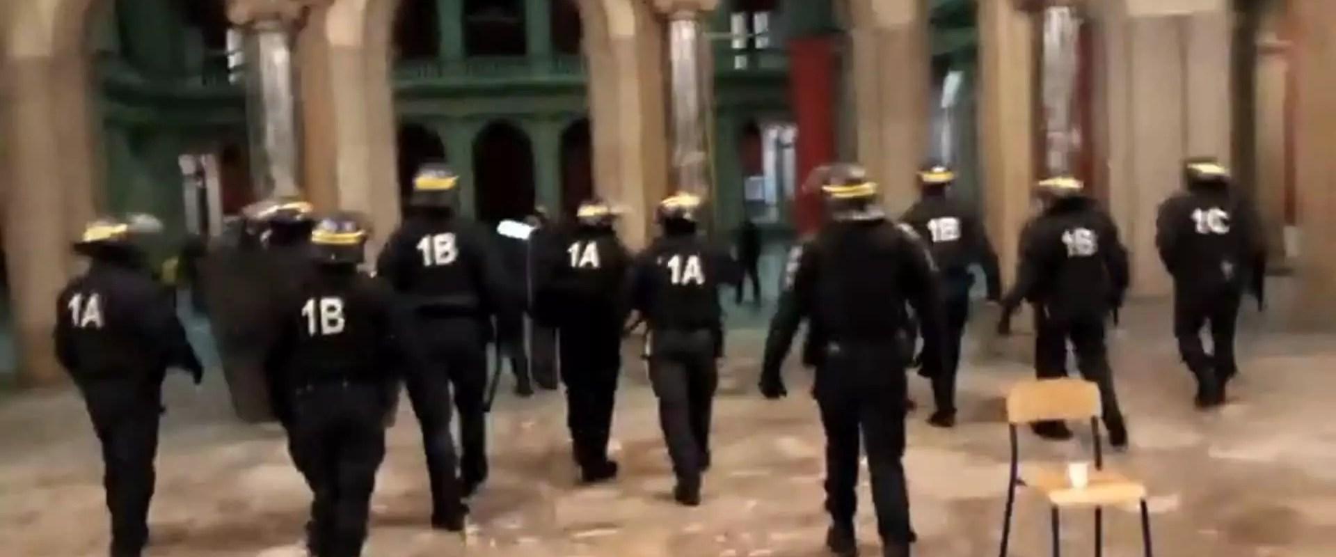 La police évacue les étudiants et lycéens du Palais universitaire