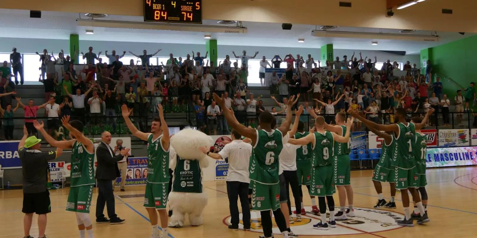 L'entrée en fanfare de Gries, 2800 habitants, dans la cour des professionnels du basket