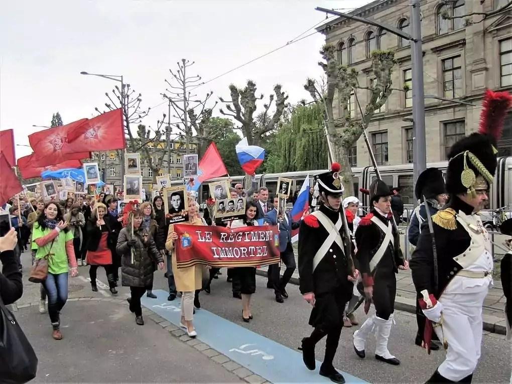 8 mai : après la commémoration officielle, le «Régiment Immortel» propose son défilé aux tonalités russes