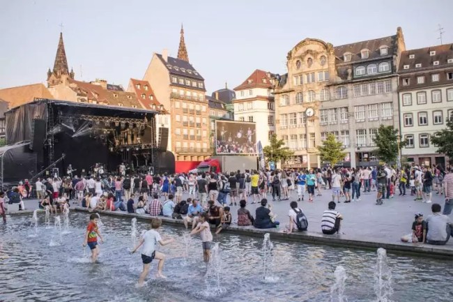 La scène de la place Kléber, lors d'édition 2017 de la Fête de la Musique à Strasbourg. (Photo : MP / Rue89 Strasbourg)
