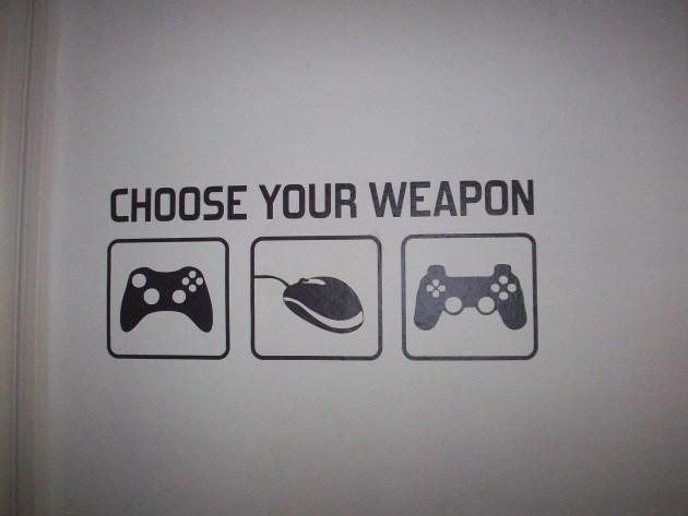 """Les murs de l'école sont garnis de décorations """"gaming"""", ici le slogan dit """"Choisis ton arme"""". (Photo DL/Rue 89 Strasbourg/cc)"""
