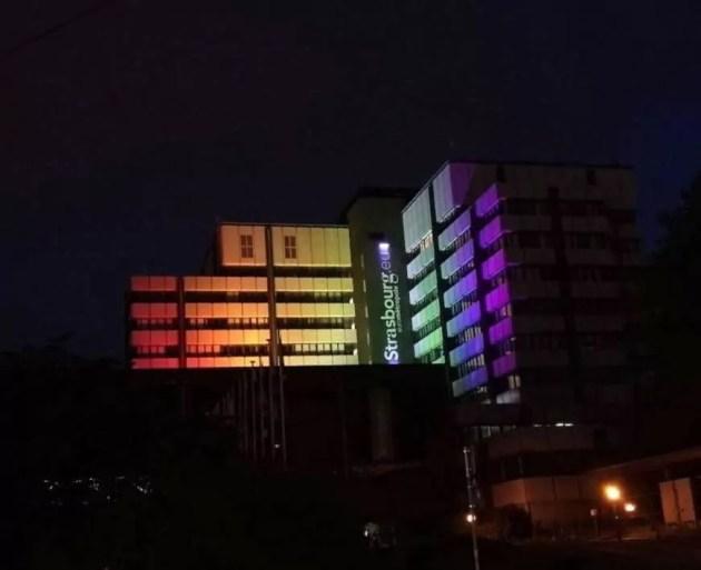 En juin 2017, la municipalité affichait son soutien à la communauté LGBT en parant le centre administratif de la place de l'Etoile de ses couleurs (Photo La Station)