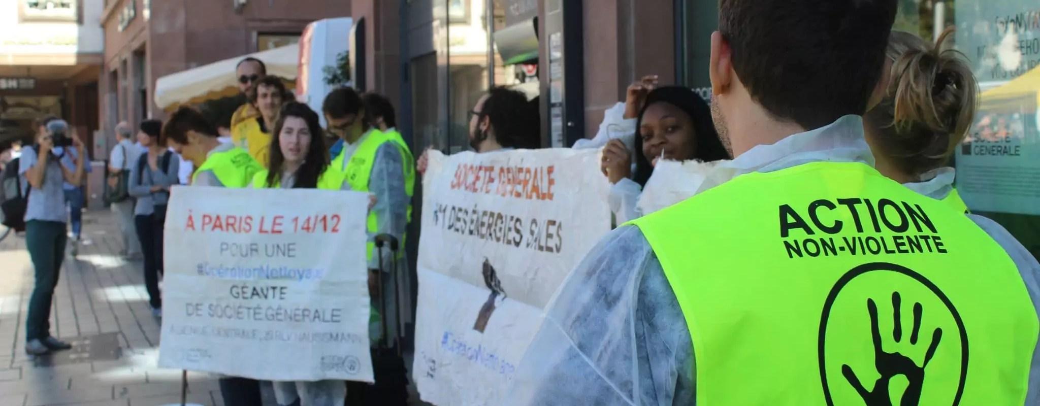 La Société générale visée par une action de militants écologistes contre le gaz de schiste