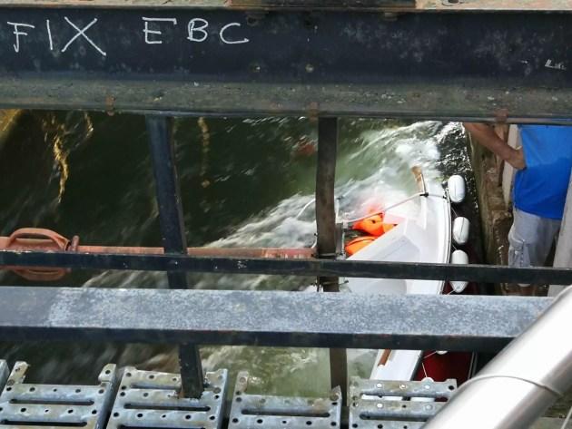 Le bateau a été attiré vers le barrage par le courant (Photo Pierre Pauma)