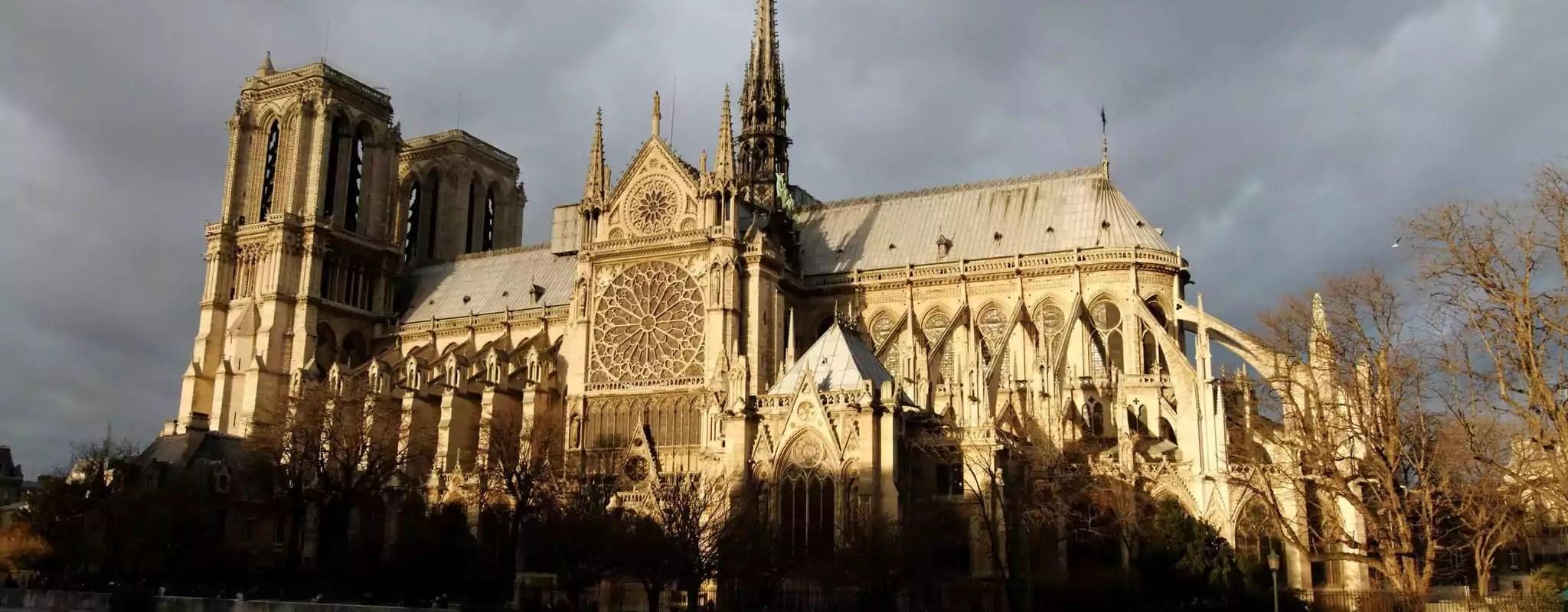 La cathédrale Notre-Dame de Paris en partie détruite par un incendie