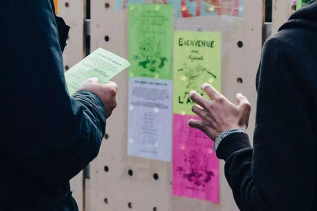 Discussions avec un passant (photo Abdesslam Mirdass / Hans Lucas)