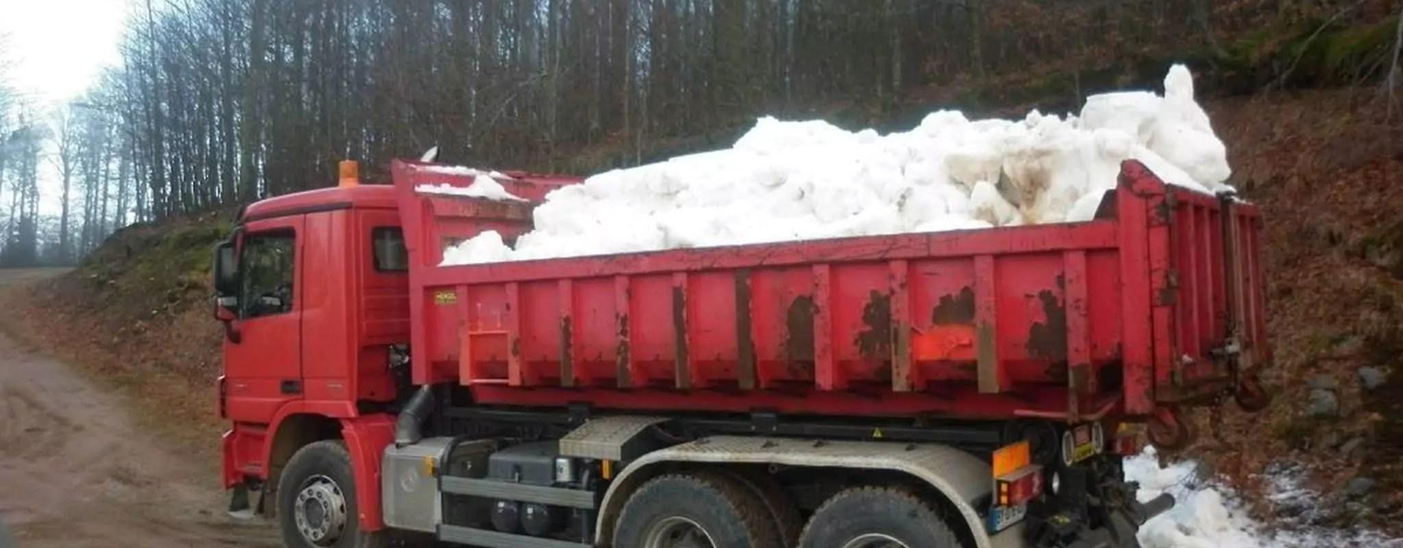 À Gérardmer, une station de ski a bien fait transporter sa neige par camions