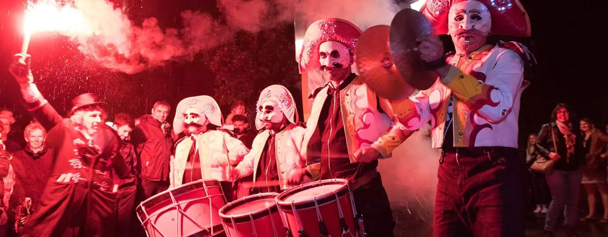Avec masque obligatoire, le festival des Arts dans la Rue rend hommage aux héros du quotidien