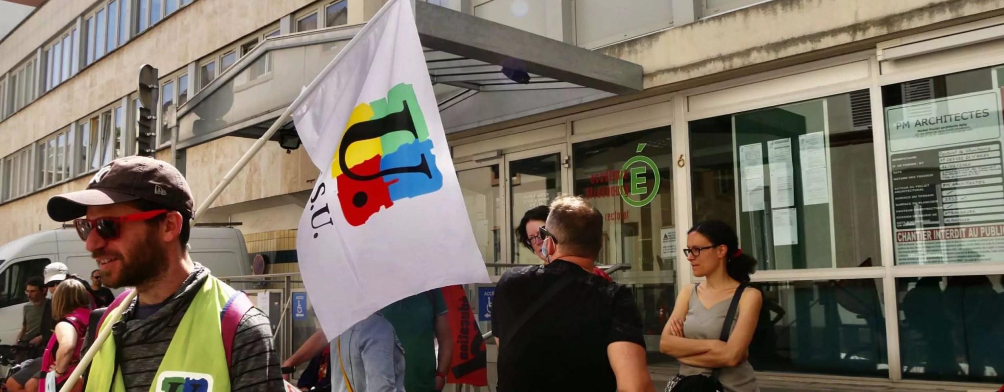 Craignant des dizaines de suppressions de postes de professeurs, des syndicats se rassemblent devant le Rectorat vendredi