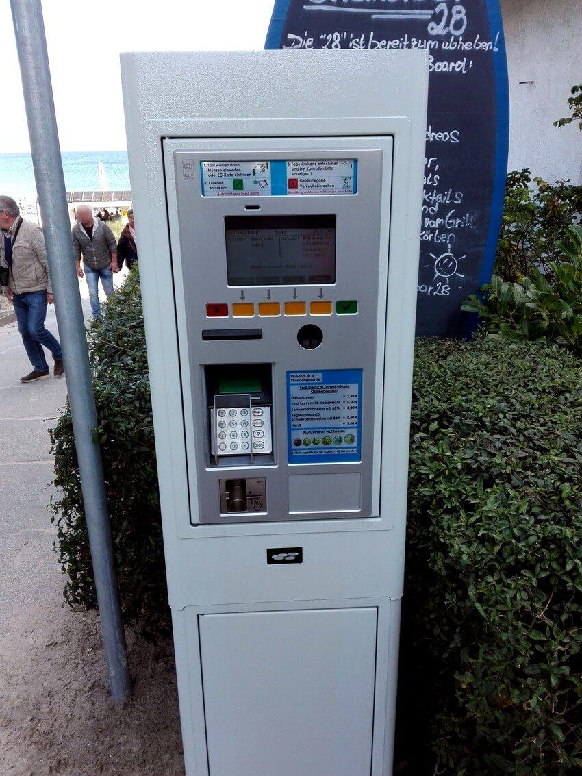 Kurtaxe-Automat in Binz mit Münzzahlung oder Kartenzahlung