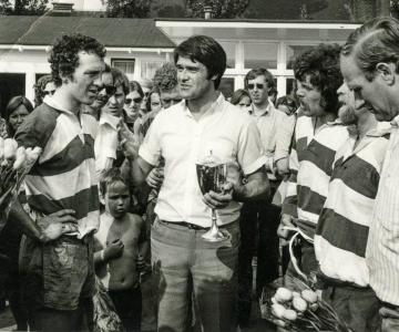 Rugby Club Hilversum: Jus-van-Doorn-reikt-Van-Broekhuizenbeker-uit-aan-RCH 1979