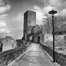 Der Weg zur Burg in s/w