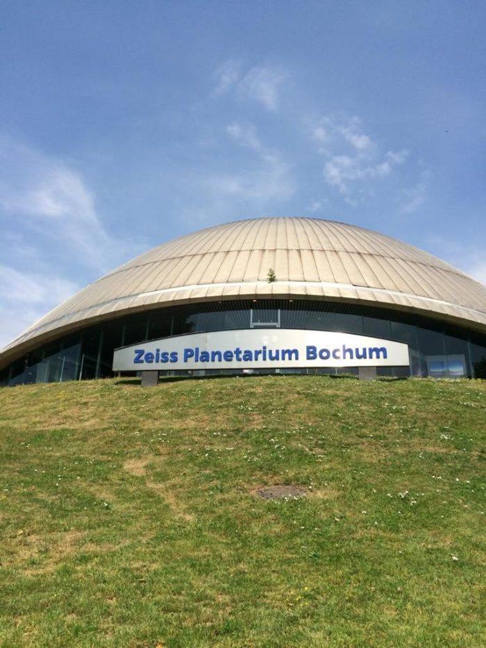 Blick auf das Gebäude des Planetarium Bochum