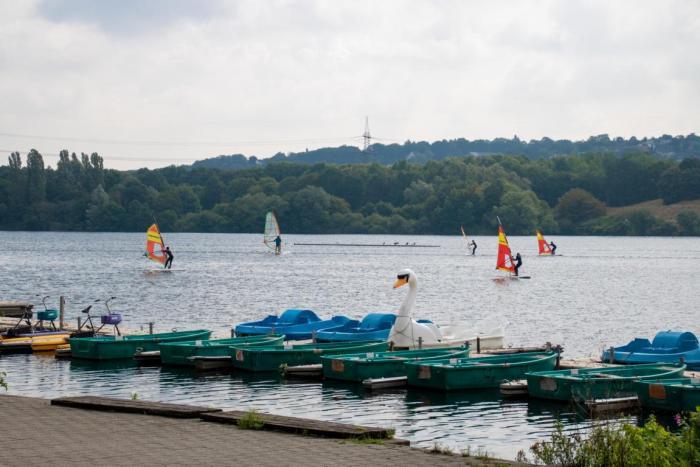 Wassersportler auf dem See