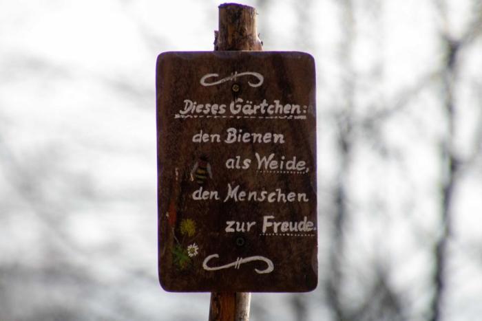 Hinweisschild Naturgarten