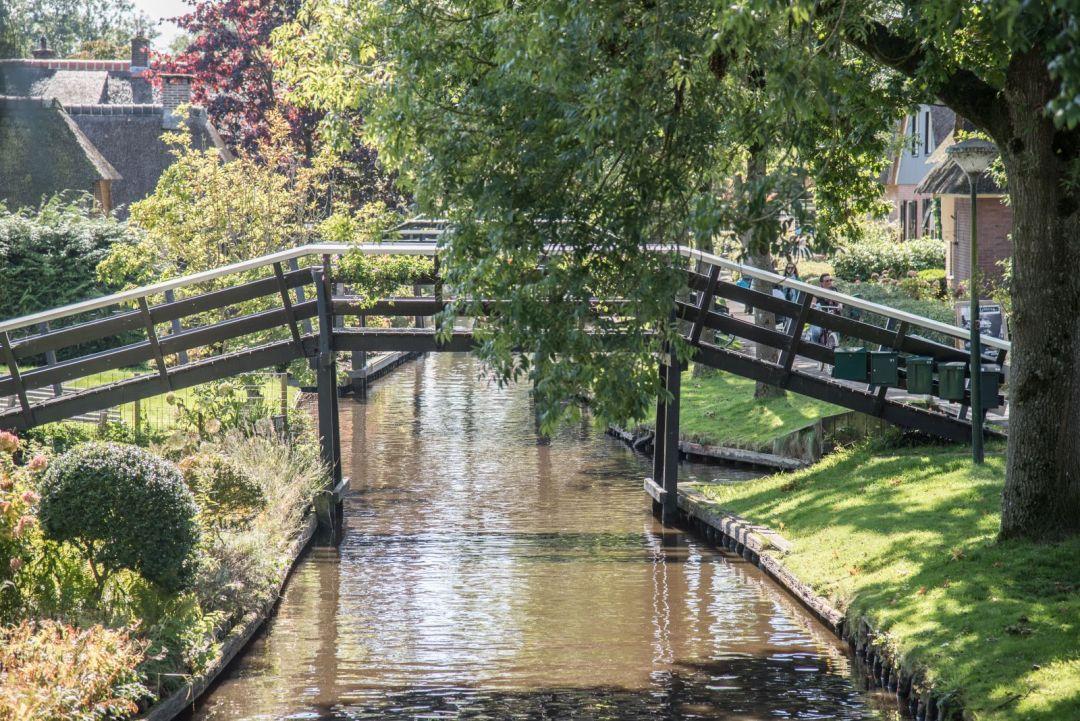 Brücke über einen Kanal in Giethoorn