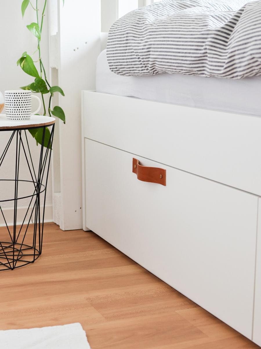 IKEA Hack Bett Brimnes Ledergriffe für Schubladen