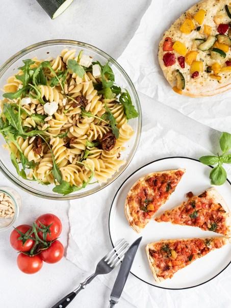 Rezept für mediterranen Nudel-Salat mit Rucola und ein Pizza-Snack für zwischendurch