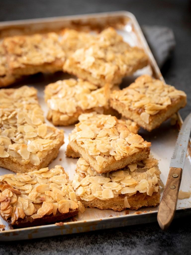 Buttriger Mandelblechkuchen, einfach und schnell zubereitet