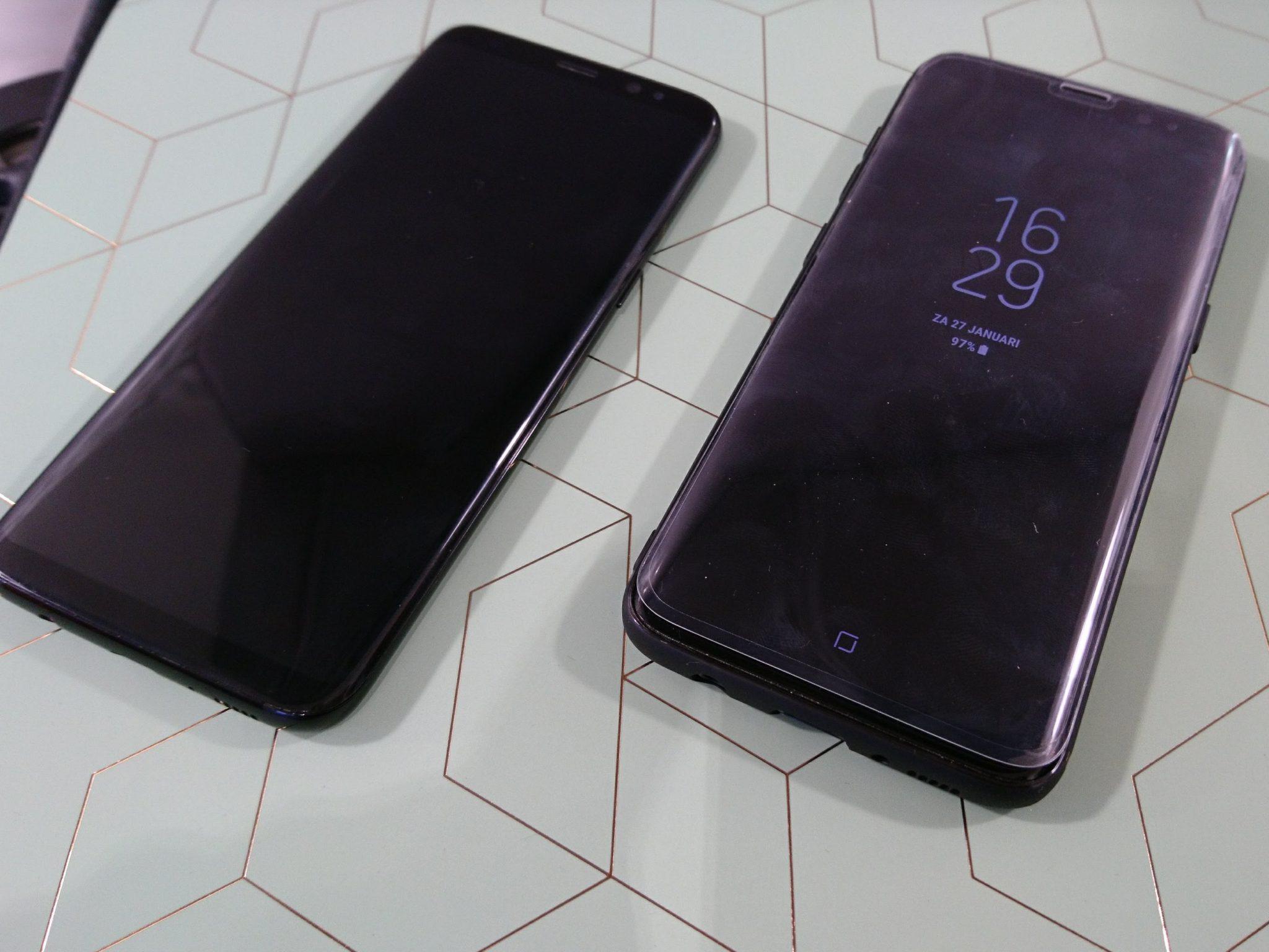 De voorkant van de S8. Links zonder hoes en screenprotector.