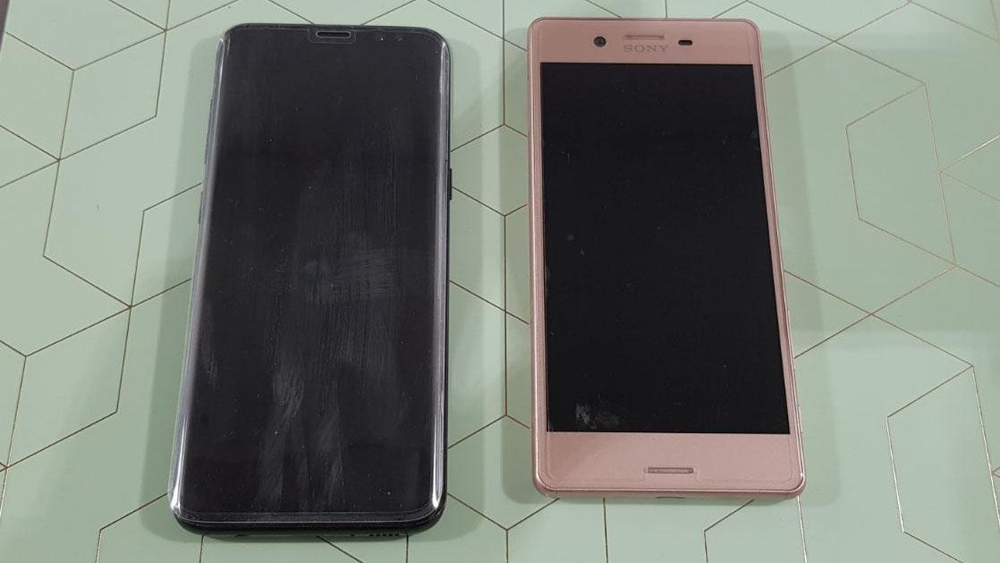 De screenprotector op de Samsung Galaxy S8 (links) en de screenprotector op de Sony Xperia X.