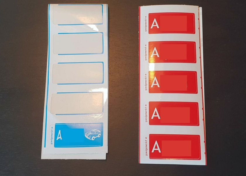 Links de oude labels en rechts de nieuwe labels met de naam van mijn zoon.