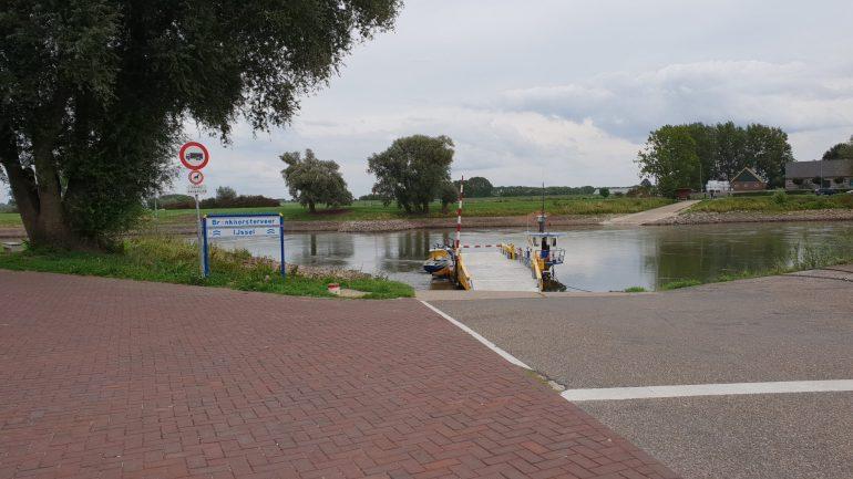 De veerboot over de IJssel naar Bronkhorst.