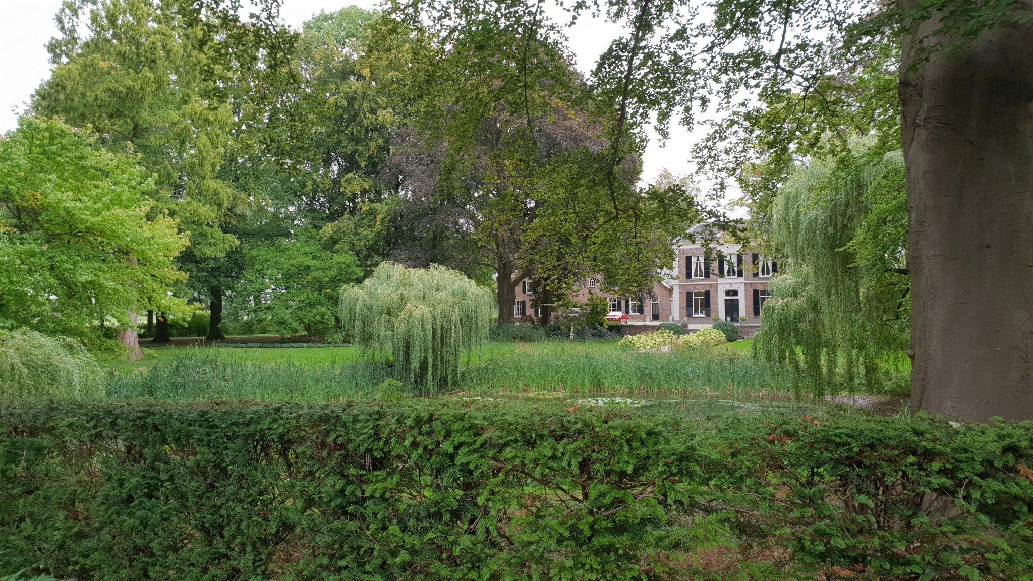 Een huis langs de weg naar de veerboot naar Bronkhorst. Toerist