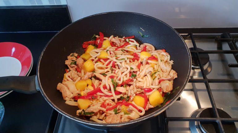 Een gerecht in de wok.
