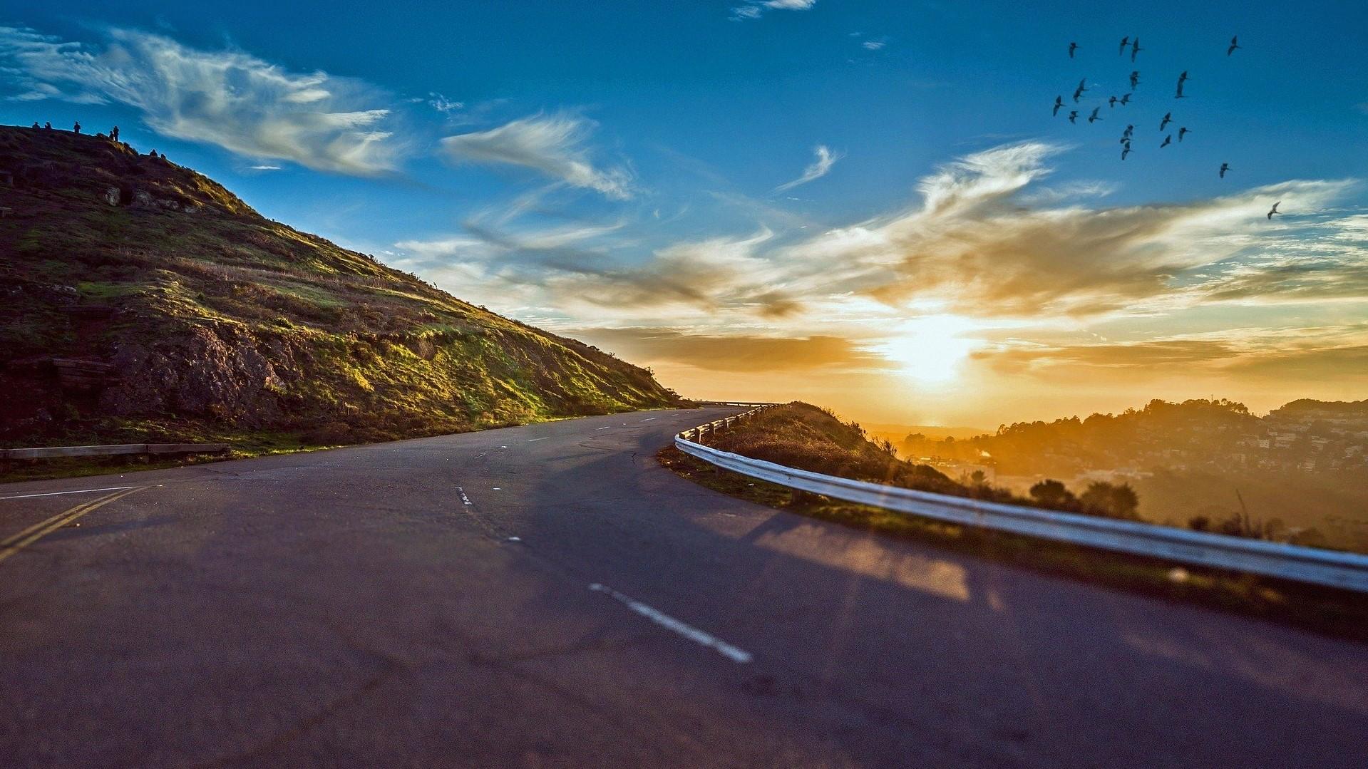 Een weg in de bergen. Halverwege de weg naar mijn doelen