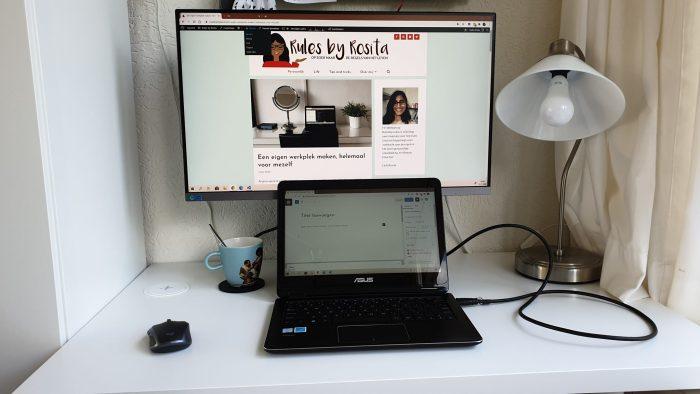 De monitor en de laptop aan.
